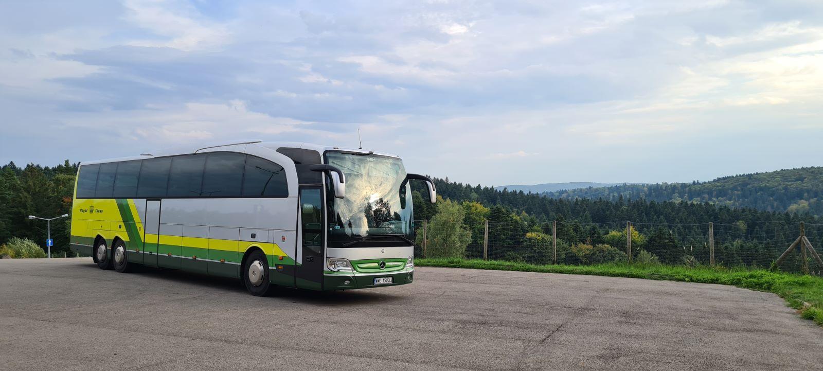 Fotografia przedstwaia wynajęty autokar na wyjazd integracyjny dla grupy z Warszawy