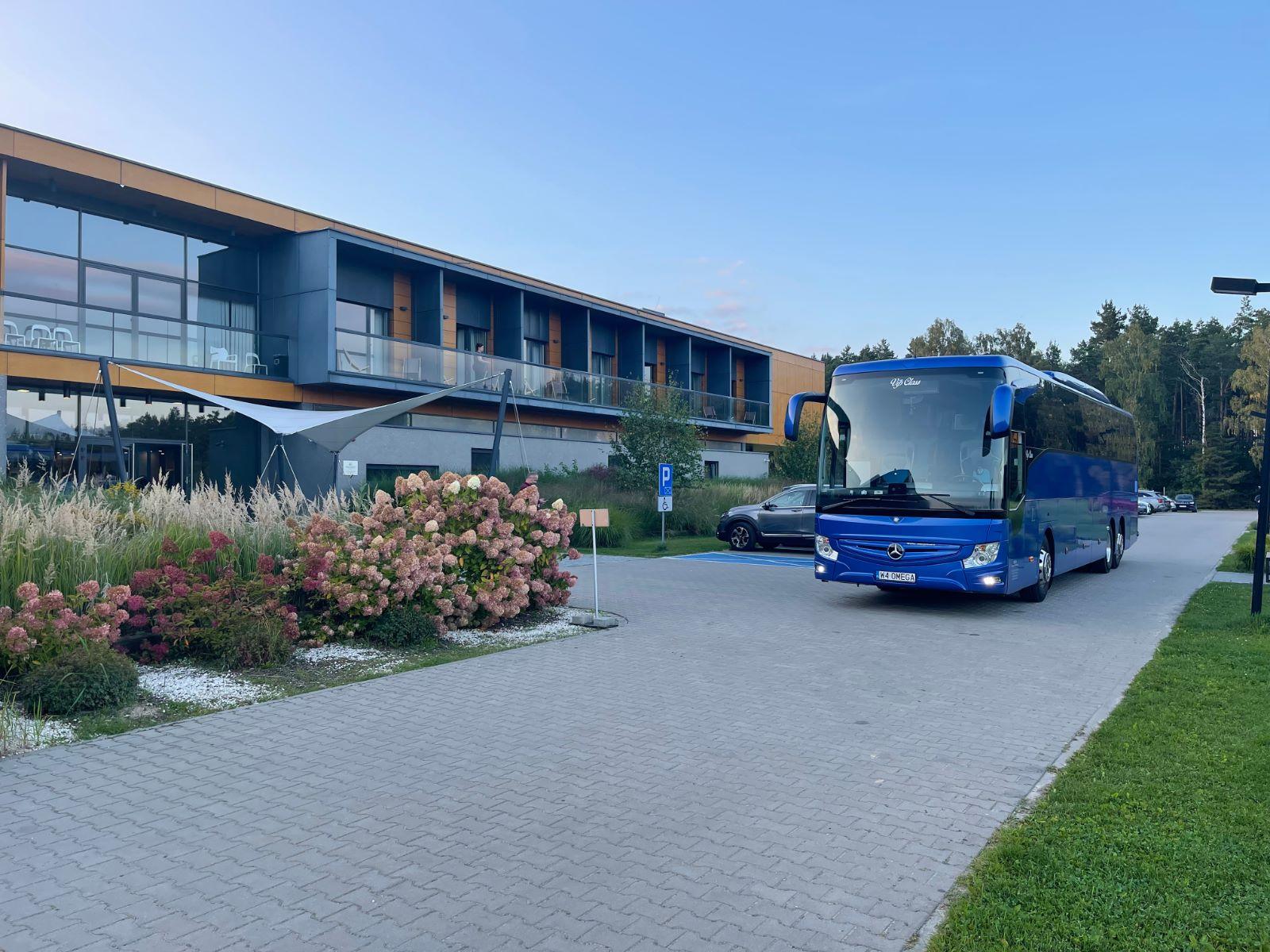 zdjęcie przedstawia wynajęty autokar turystyczne przed hotelem, któy przyjechał z Warszawy do miejscowości Sochocin