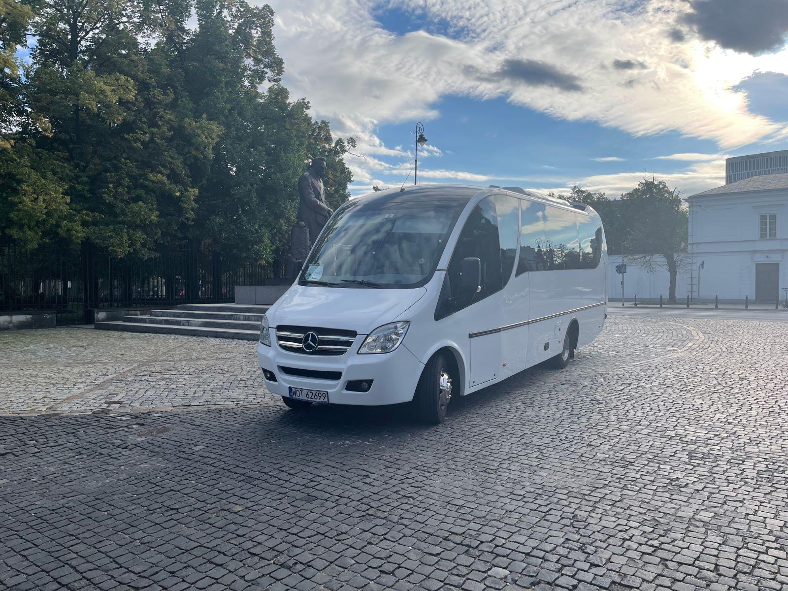 Zdjęcie przedstawia wynajęty bus turystyczny w trakcie wycieczki po Warszawie